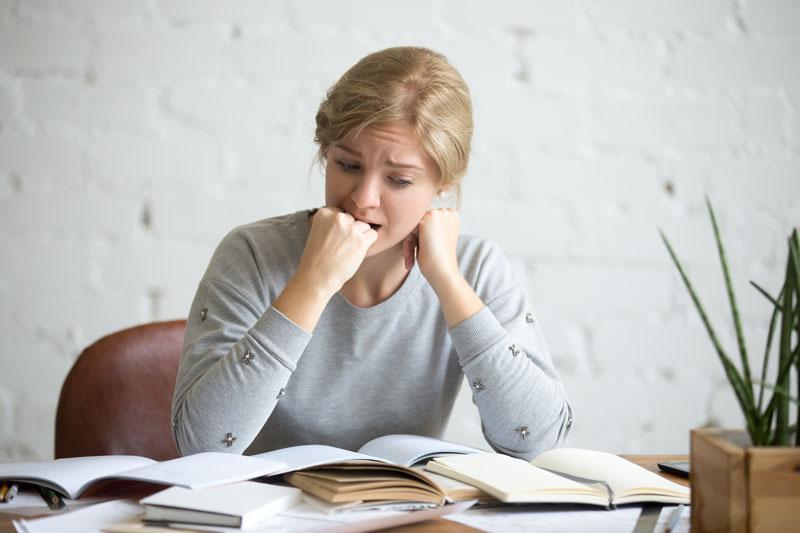 alumna estresada por un examen