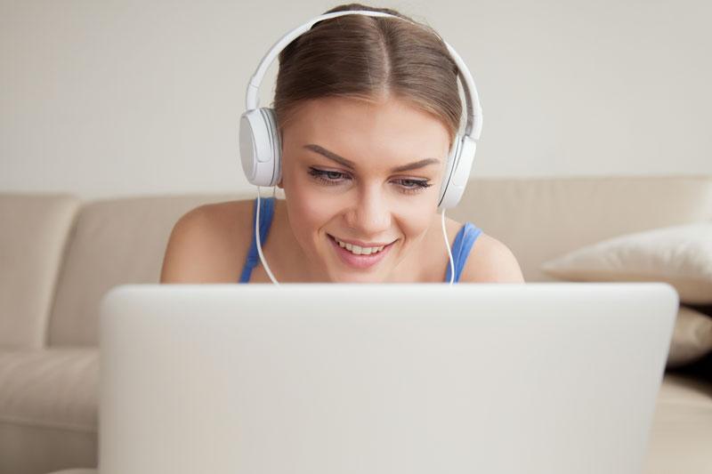 Alumna que está aprendiendo español con música