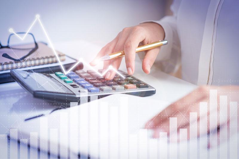 Profesor calculando sus tarifas para dar clases online