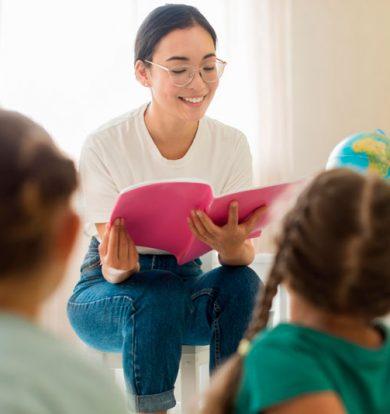 Profesora dando clases a niños