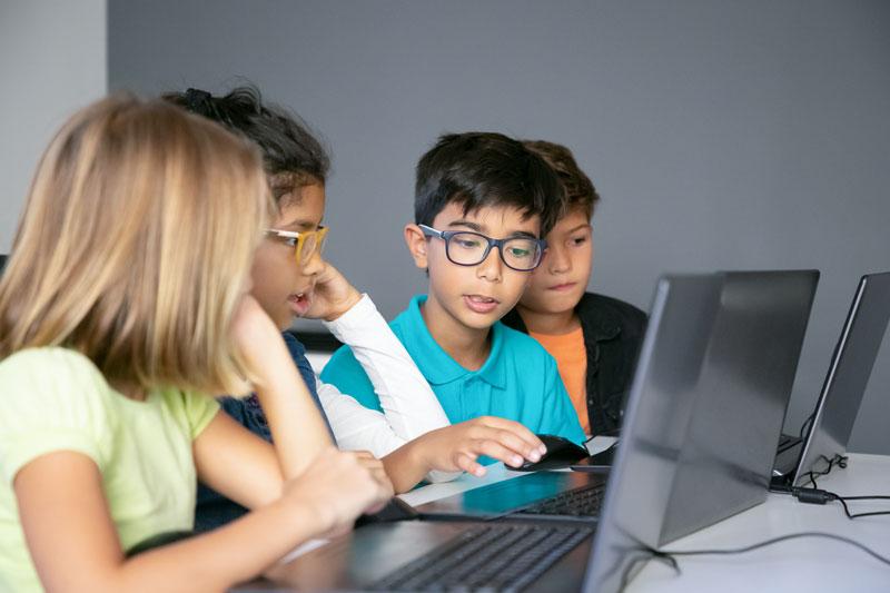 Grupo en clase bajo un aprendizaje cooperativo