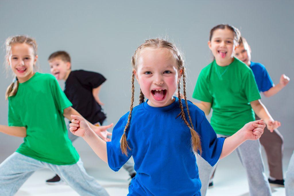 niños bailando