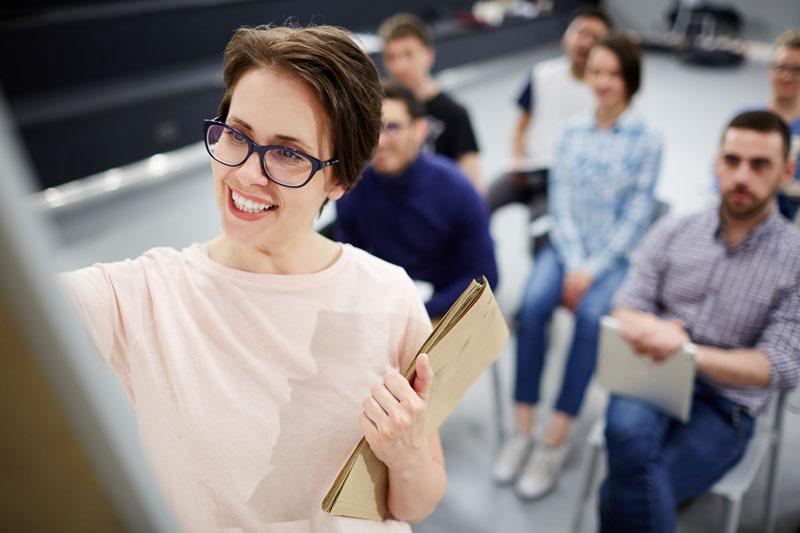 Profesora implantando metodologías innovativas en el aula