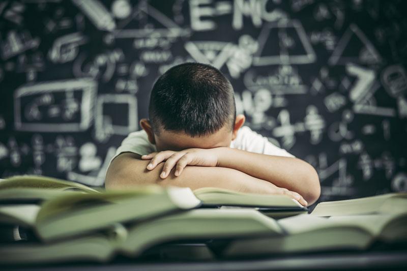 Niño desmotivado en el aula