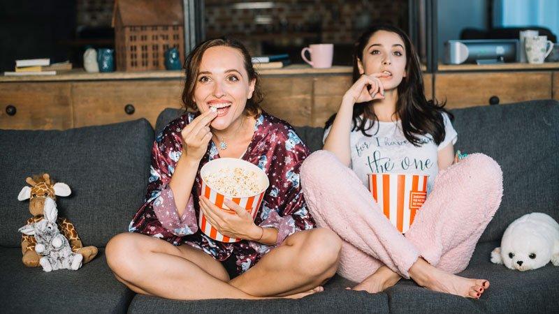 Alumnas viendo una película para aprender español con subtítulos