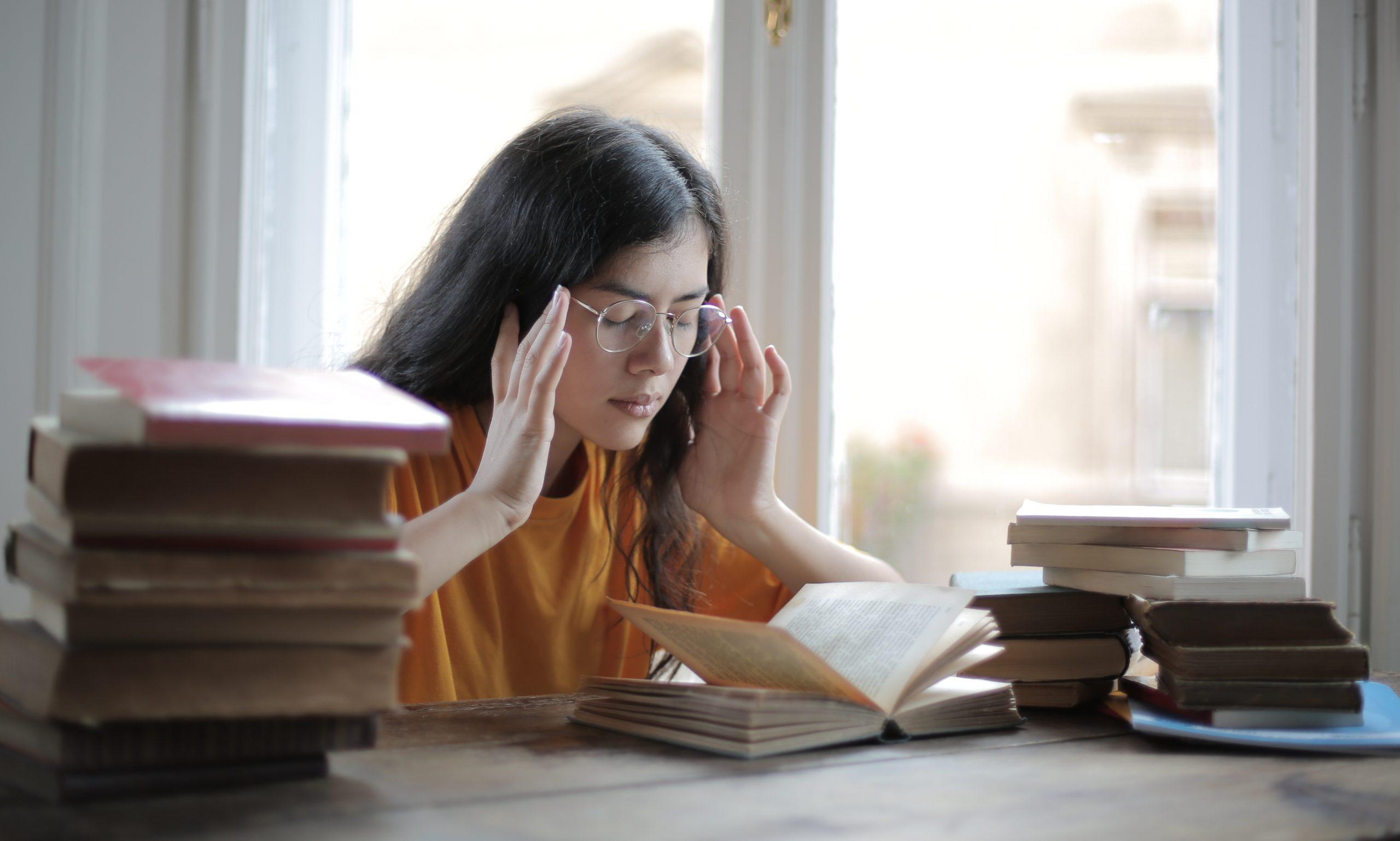 Mujer concentrada estudiando